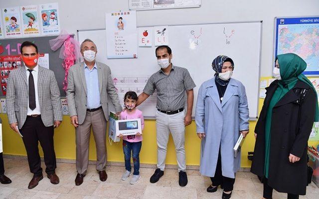 Sancaktepe'de ihtiyaç sahibi çocuklara tablet dağıtıldı